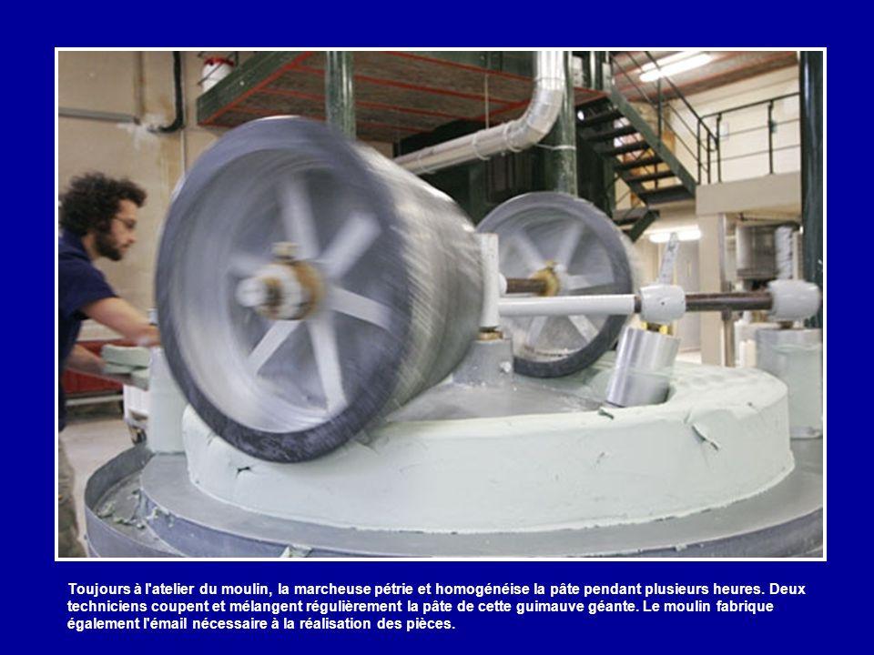 Toujours à l atelier du moulin, la marcheuse pétrie et homogénéise la pâte pendant plusieurs heures.