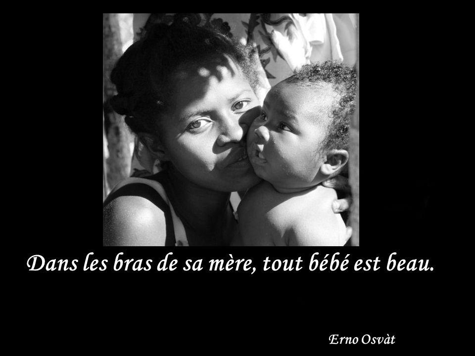 Dans les bras de sa mère, tout bébé est beau.