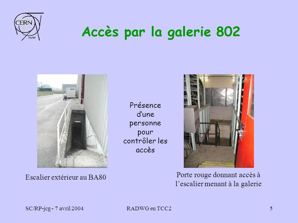 Accès par la galerie 802 Escalier extérieur au BA80. Porte rouge donnant accès à l'escalier menant à la galerie.