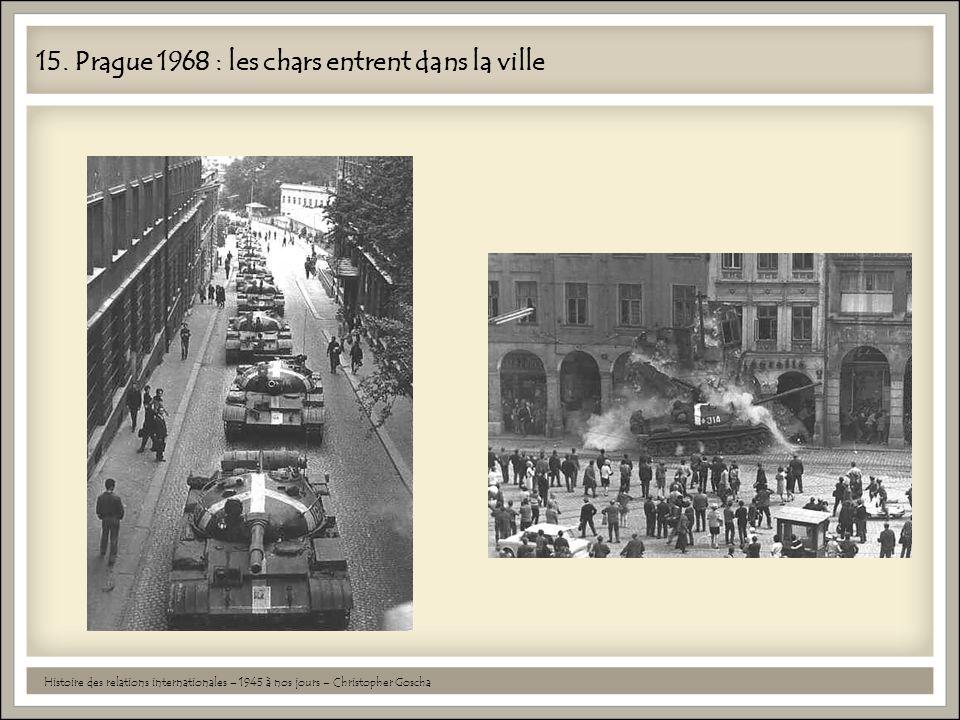 15. Prague 1968 : les chars entrent dans la ville