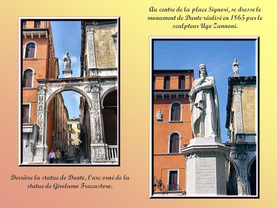 Au centre de la place Signori, se dresse le monument de Dante réalisé en 1865 par le sculpteur Ugo Zannoni.