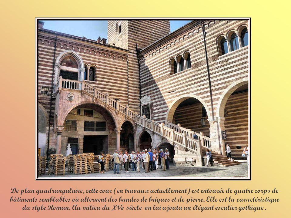 De plan quadrangulaire, cette cour (en travaux actuellement) est entourée de quatre corps de bâtiments semblables où alternent des bandes de briques et de pierre.