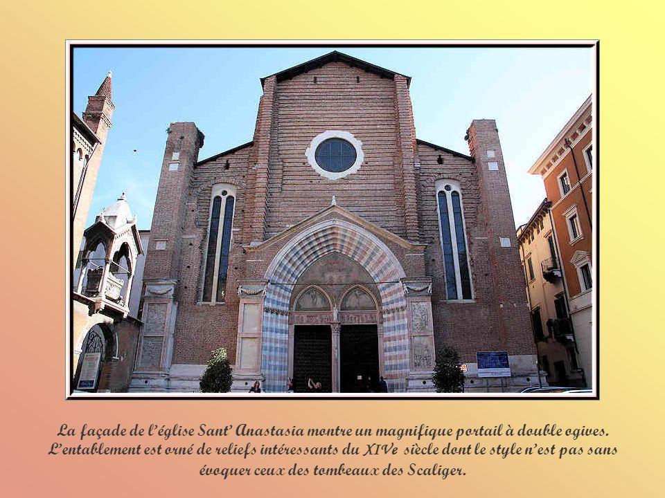 La façade de l'église Sant' Anastasia montre un magnifique portail à double ogives.