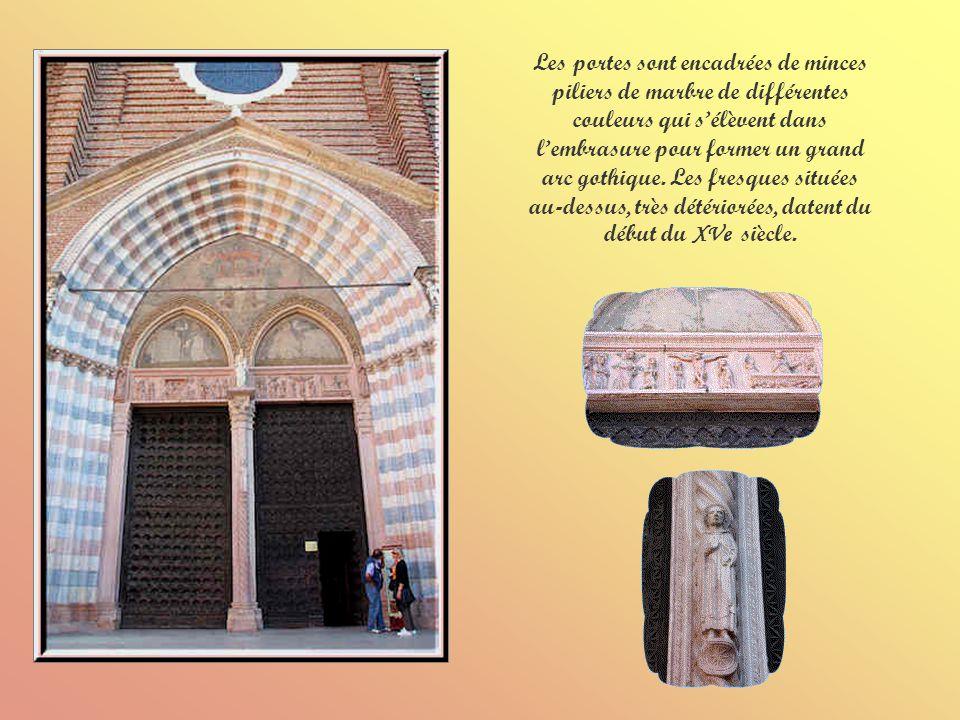 Les portes sont encadrées de minces piliers de marbre de différentes couleurs qui s'élèvent dans l'embrasure pour former un grand arc gothique.