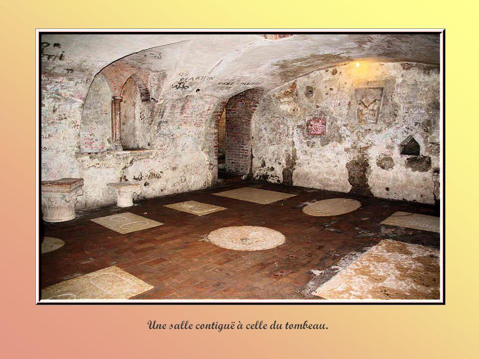 Une salle contiguë à celle du tombeau.