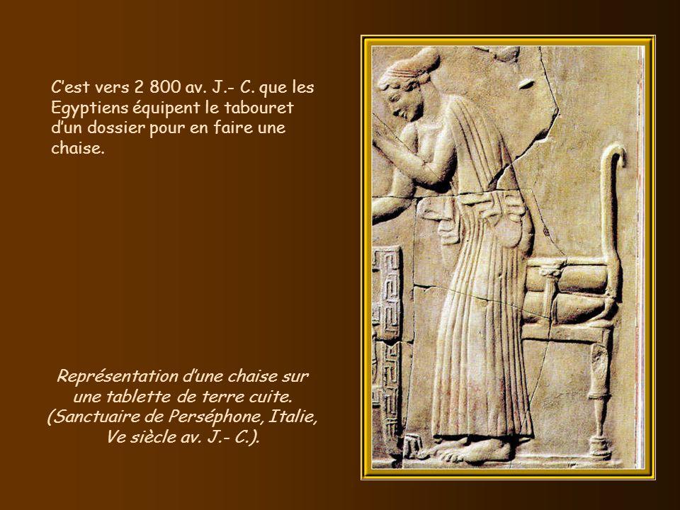 C'est vers 2 800 av. J.- C. que les Egyptiens équipent le tabouret d'un dossier pour en faire une chaise.