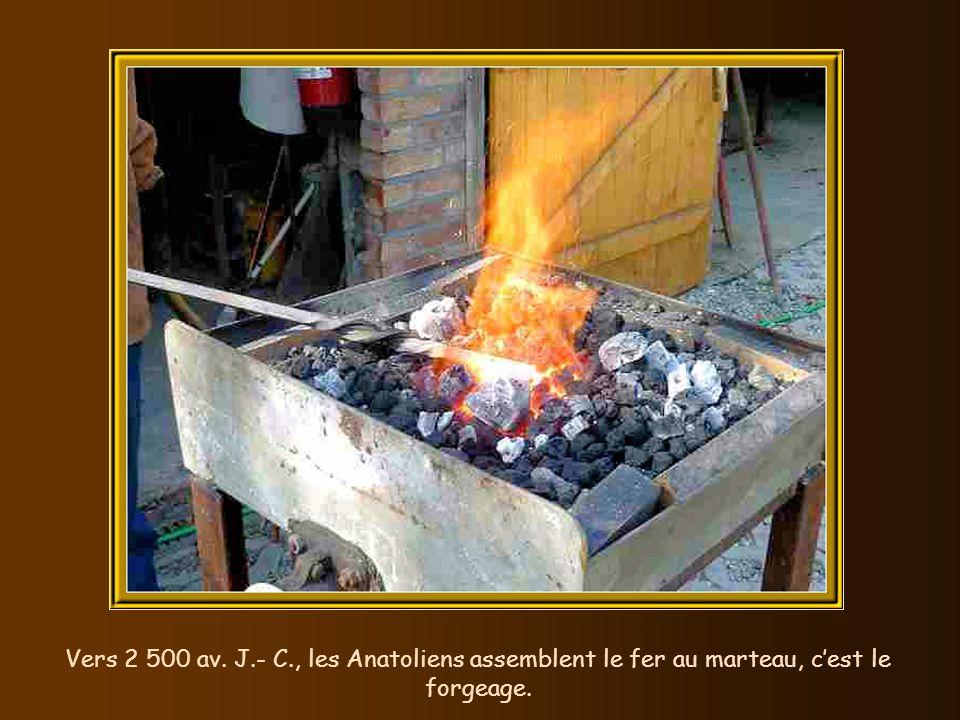 Vers 2 500 av. J.- C., les Anatoliens assemblent le fer au marteau, c'est le forgeage.