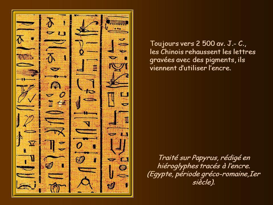 Traité sur Papyrus, rédigé en hiéroglyphes tracés à l'encre.