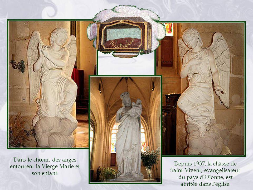 Dans le chœur, des anges entourent la Vierge Marie et son enfant.