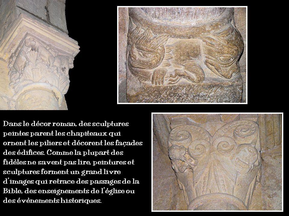 Dans le décor roman, des sculptures peintes parent les chapiteaux qui ornent les piliers et décorent les façades des édifices.
