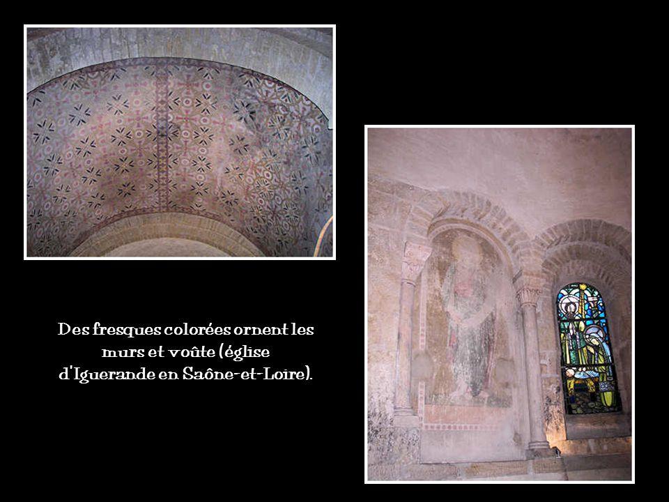 Des fresques colorées ornent les murs et voûte (église d'Iguerande en Saône-et-Loire).