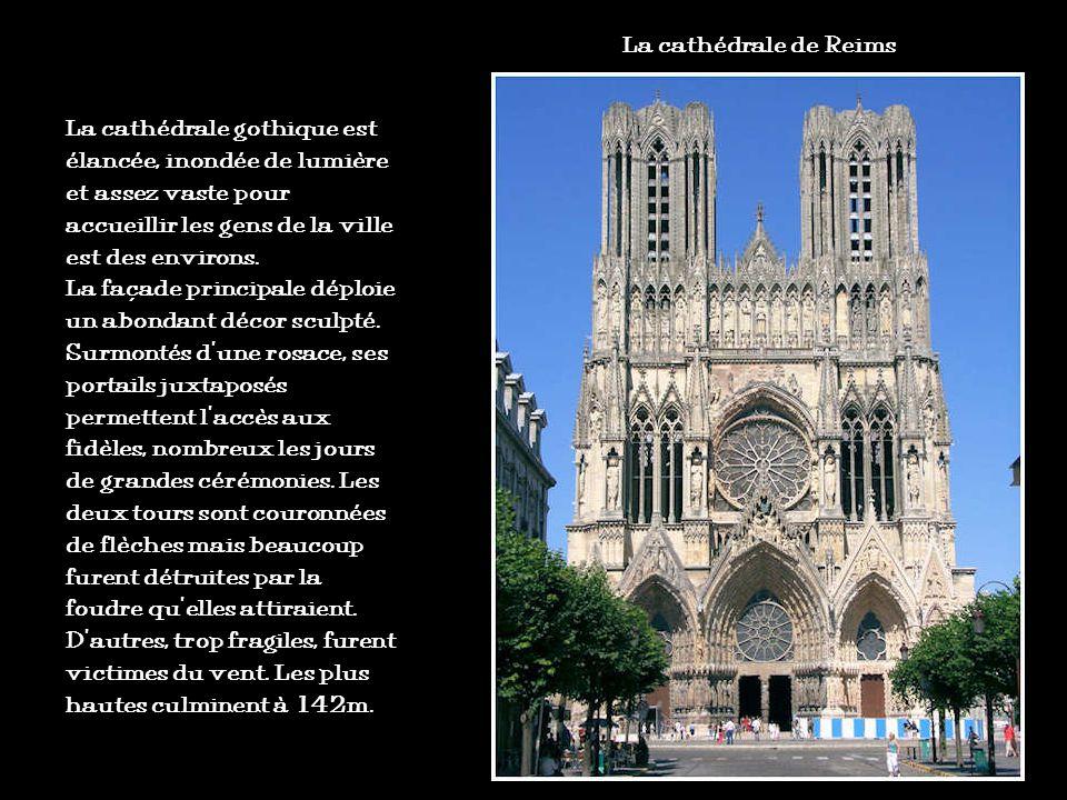 La cathédrale de Reims La cathédrale gothique est élancée, inondée de lumière et assez vaste pour accueillir les gens de la ville est des environs.