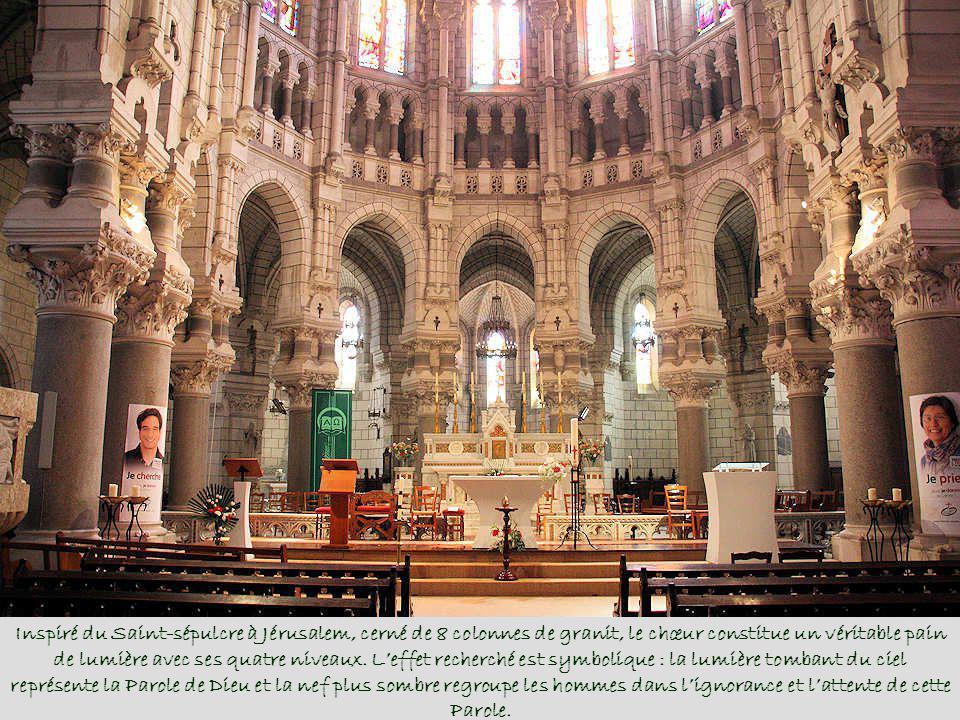Inspiré du Saint-sépulcre à Jérusalem, cerné de 8 colonnes de granit, le chœur constitue un véritable pain de lumière avec ses quatre niveaux.