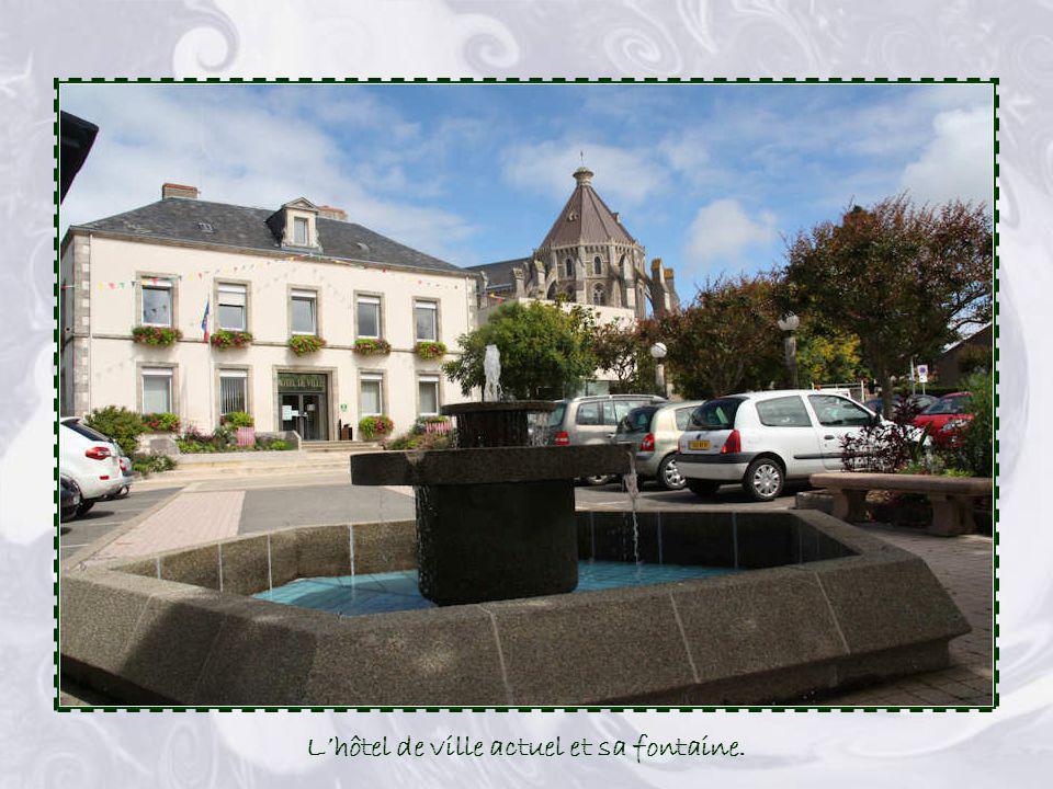 L'hôtel de ville actuel et sa fontaine.