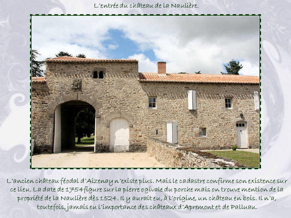L'entrée du château de la Naulière.
