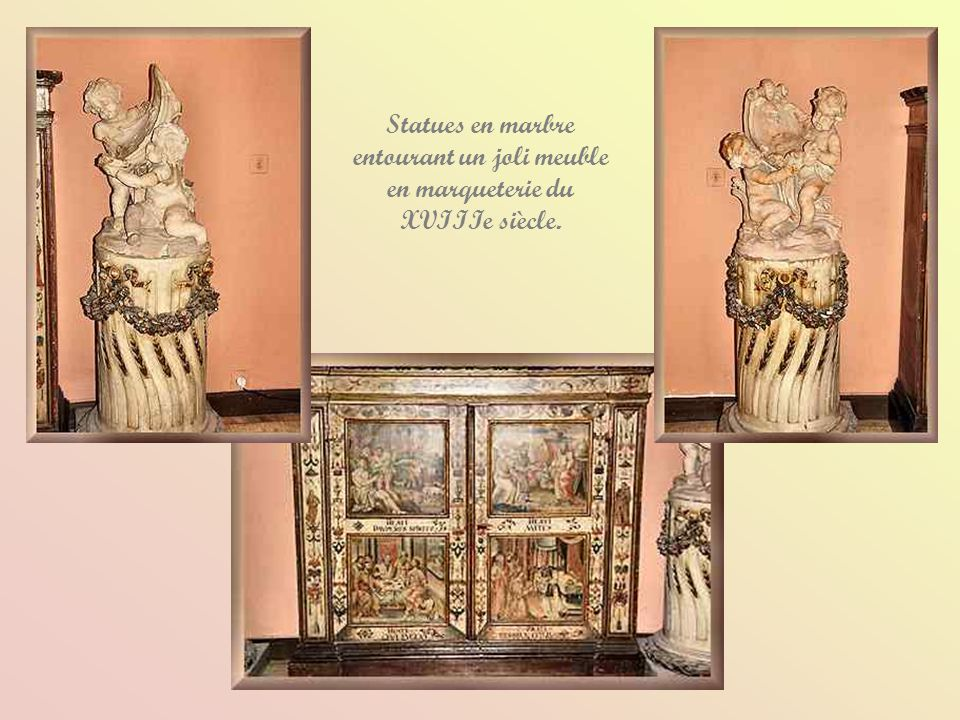Statues en marbre entourant un joli meuble en marqueterie du XVIIIe siècle.