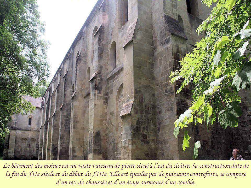 Le bâtiment des moines est un vaste vaisseau de pierre situé à l'est du cloître.