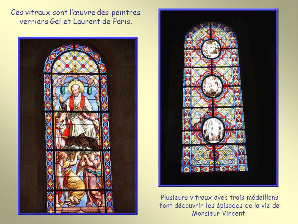 Ces vitraux sont l'œuvre des peintres verriers Gel et Laurent de Paris.