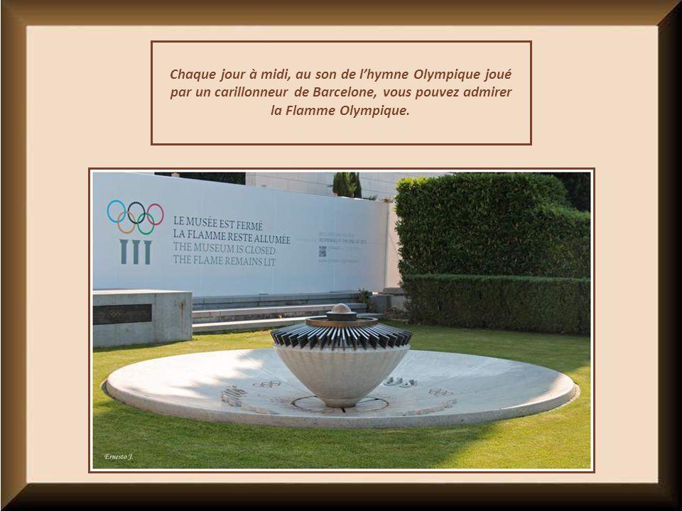 Chaque jour à midi, au son de l'hymne Olympique joué par un carillonneur de Barcelone, vous pouvez admirer