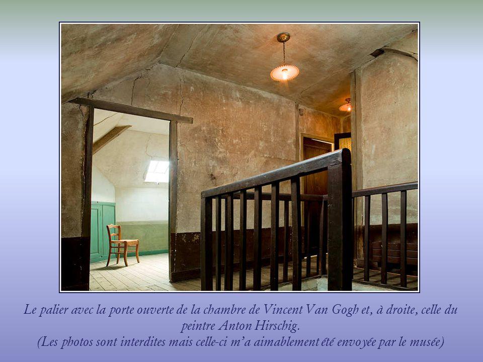 Le palier avec la porte ouverte de la chambre de Vincent Van Gogh et, à droite, celle du peintre Anton Hirschig.