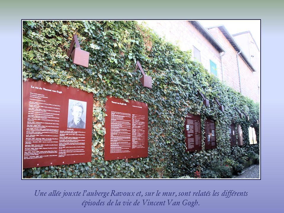 Une allée jouxte l'auberge Ravoux et, sur le mur, sont relatés les différents épisodes de la vie de Vincent Van Gogh.