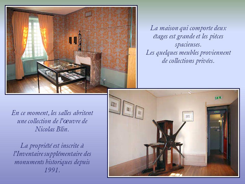 Les quelques meubles proviennent de collections privées.