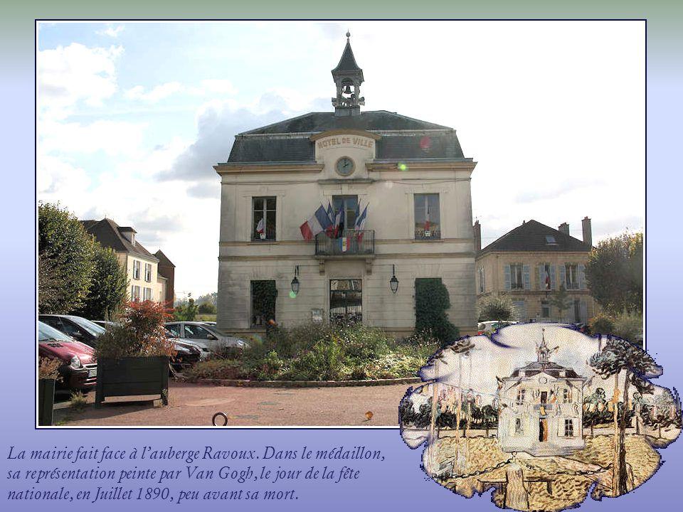 La mairie fait face à l'auberge Ravoux
