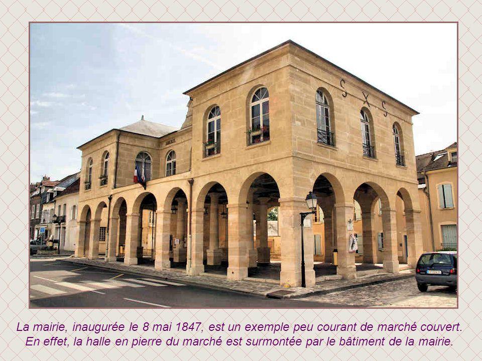 La mairie, inaugurée le 8 mai 1847, est un exemple peu courant de marché couvert.
