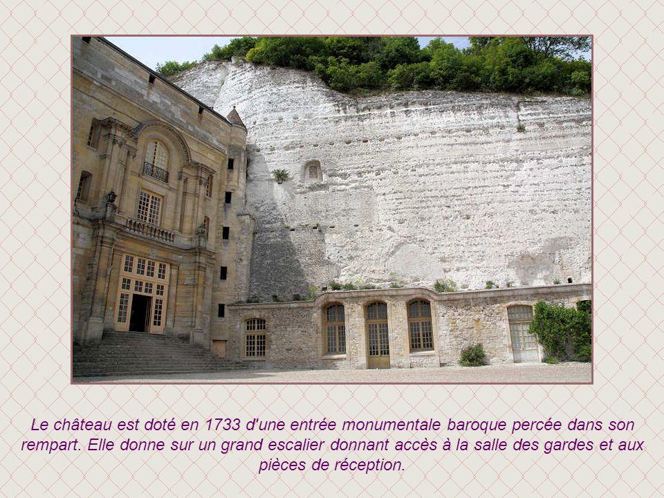 Le château est doté en 1733 d une entrée monumentale baroque percée dans son rempart.