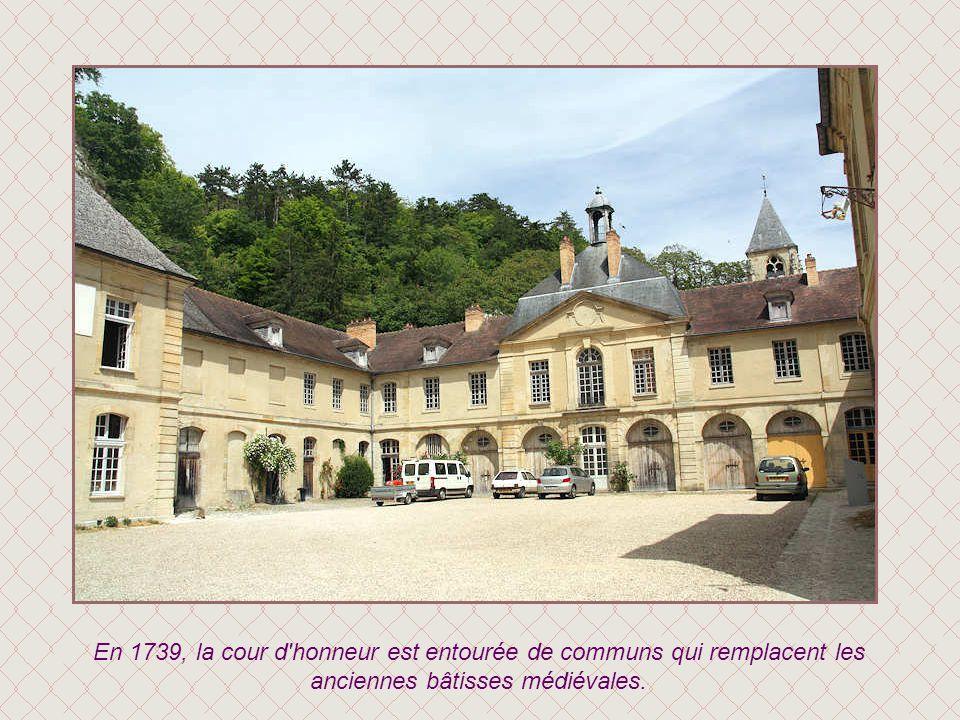 En 1739, la cour d honneur est entourée de communs qui remplacent les anciennes bâtisses médiévales.