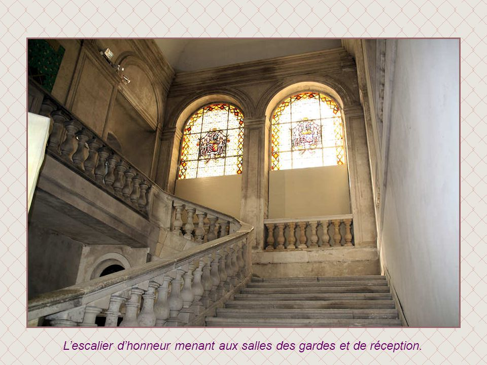 L'escalier d'honneur menant aux salles des gardes et de réception.