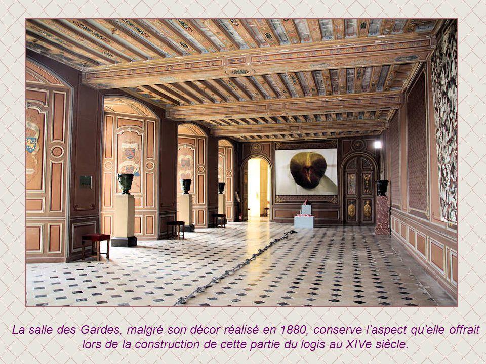 La salle des Gardes, malgré son décor réalisé en 1880, conserve l'aspect qu'elle offrait lors de la construction de cette partie du logis au XIVe siècle.