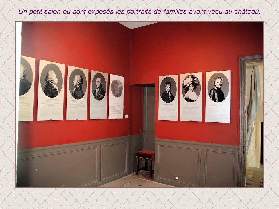 Un petit salon où sont exposés les portraits de familles ayant vécu au château.