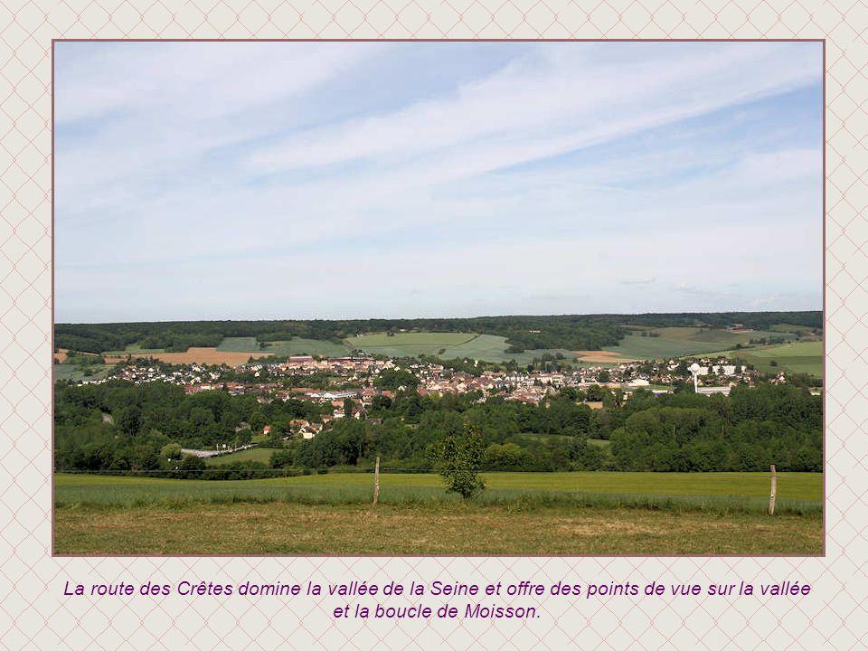 La route des Crêtes domine la vallée de la Seine et offre des points de vue sur la vallée et la boucle de Moisson.