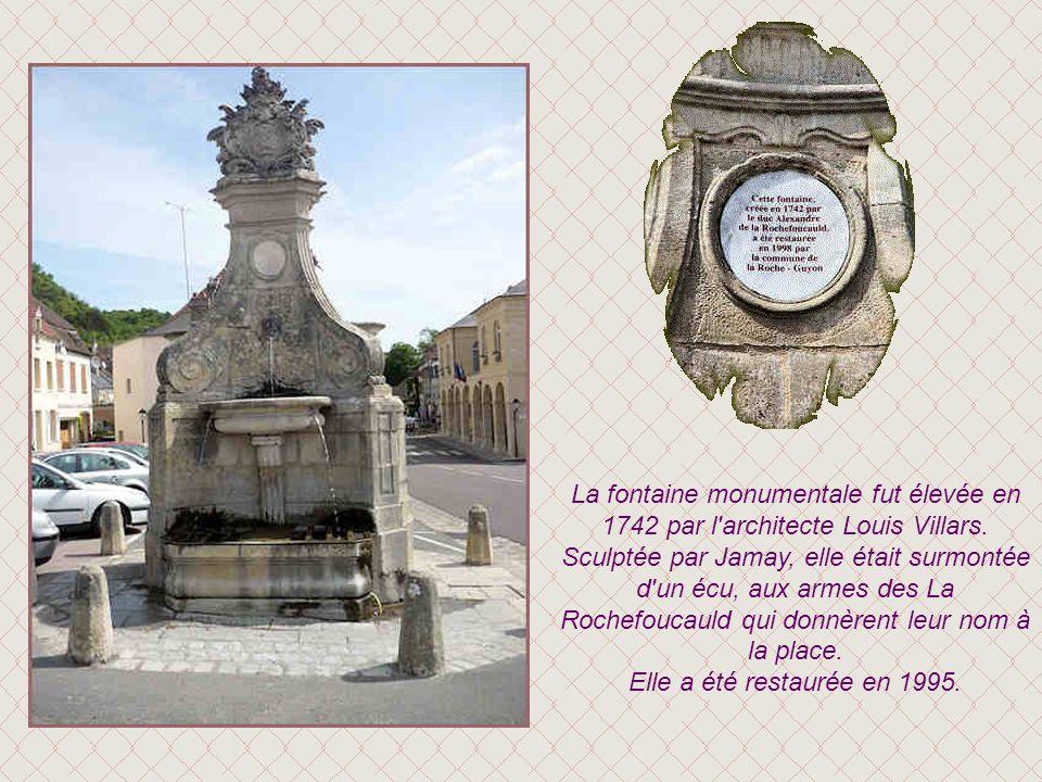 La fontaine monumentale fut élevée en 1742 par l architecte Louis Villars. Sculptée par Jamay, elle était surmontée d un écu, aux armes des La Rochefoucauld qui donnèrent leur nom à la place.