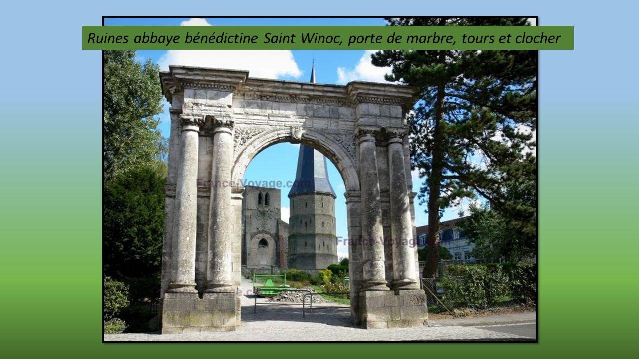 Ruines abbaye bénédictine Saint Winoc, porte de marbre, tours et clocher