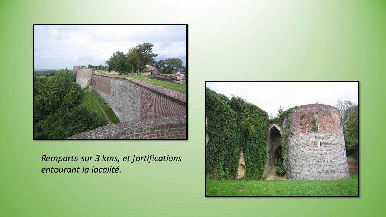 Remparts sur 3 kms, et fortifications entourant la localité.