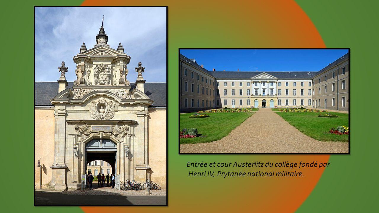 Entrée et cour Austerlitz du collège fondé par
