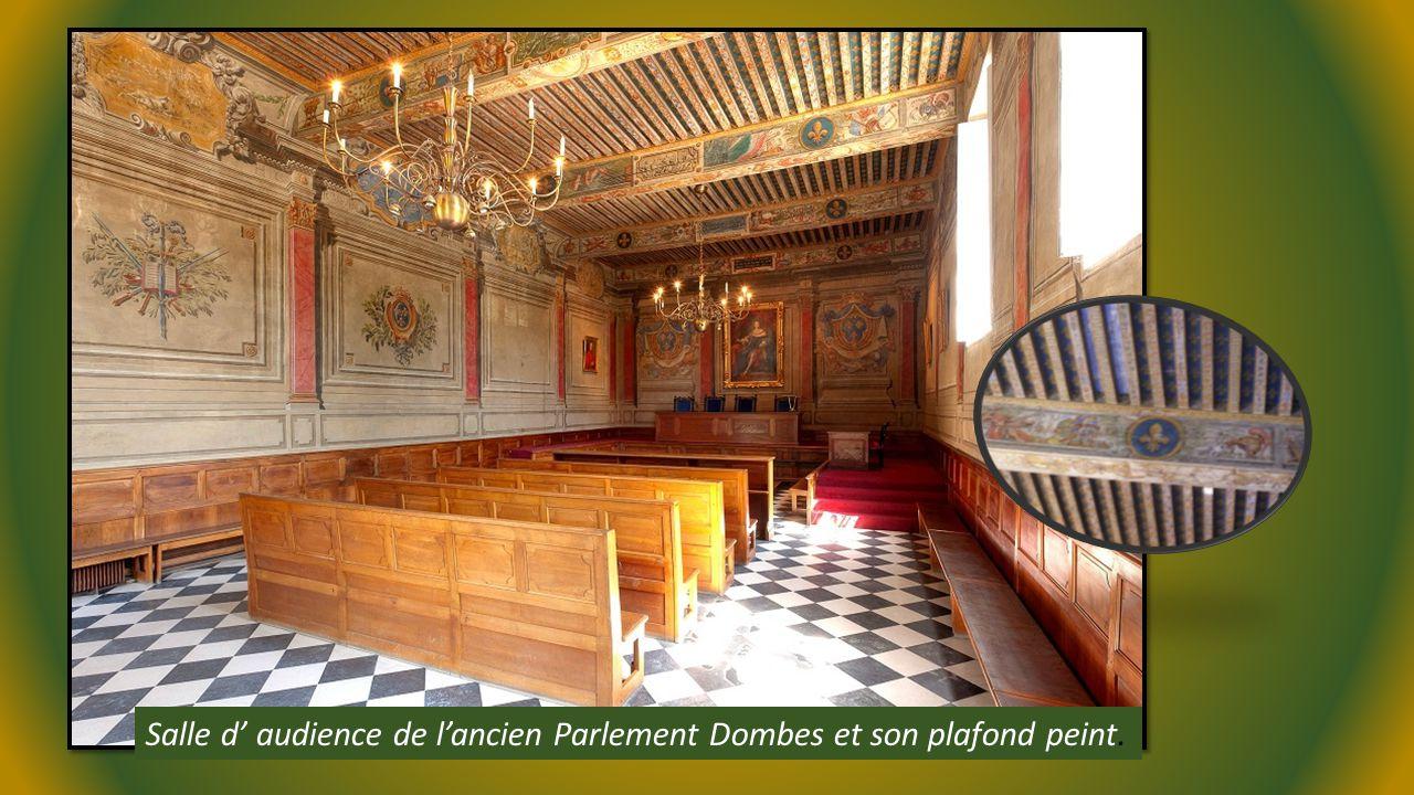 Salle d' audience de l'ancien Parlement Dombes et son plafond peint.