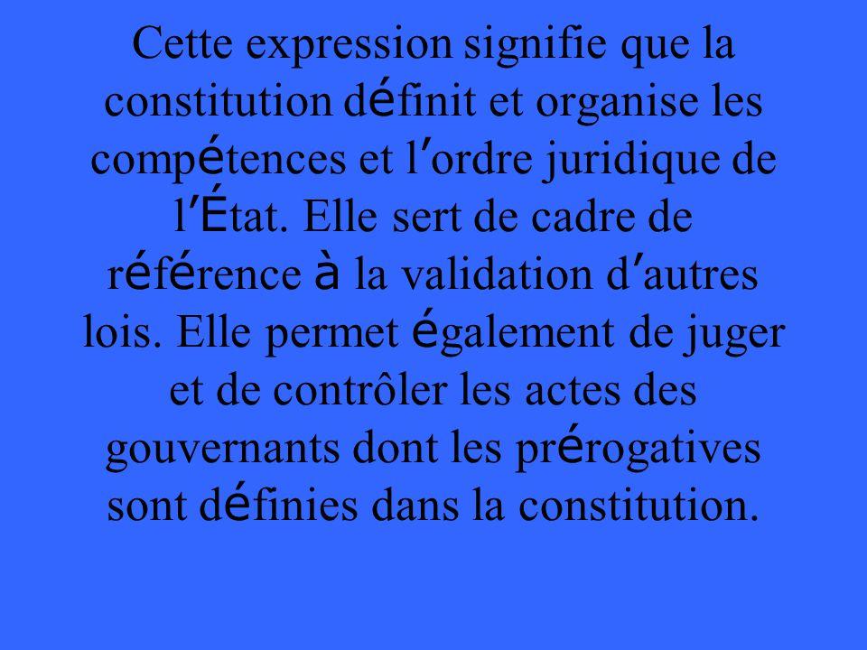 Cette expression signifie que la constitution définit et organise les compétences et l'ordre juridique de l'État.