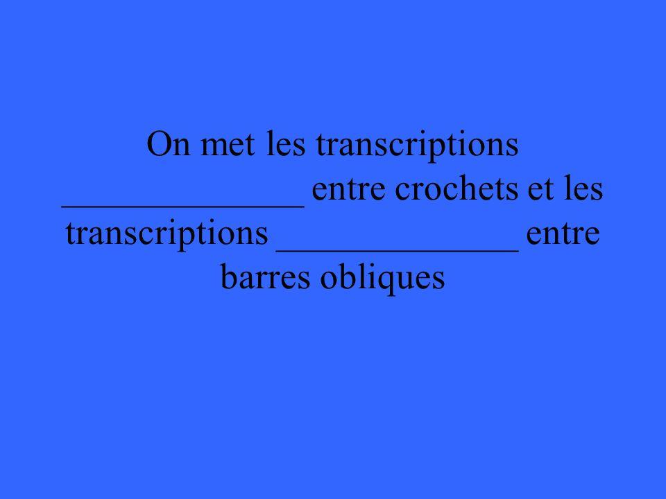On met les transcriptions _____________ entre crochets et les transcriptions _____________ entre barres obliques