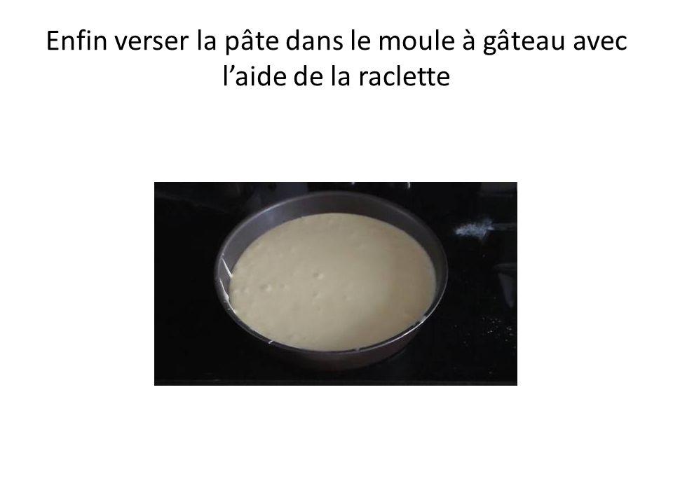 Enfin verser la pâte dans le moule à gâteau avec l'aide de la raclette