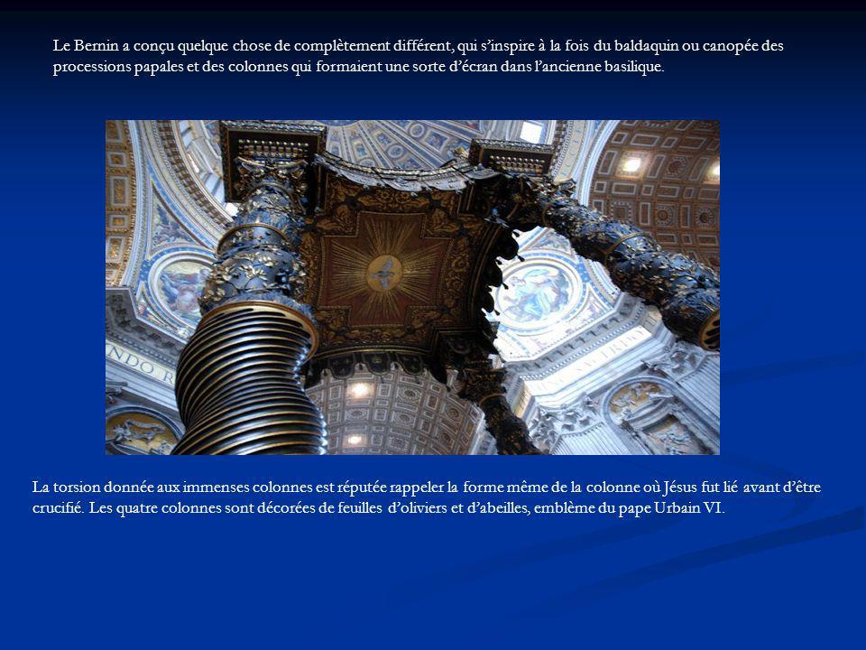Le Bernin a conçu quelque chose de complètement différent, qui s'inspire à la fois du baldaquin ou canopée des processions papales et des colonnes qui formaient une sorte d'écran dans l'ancienne basilique.