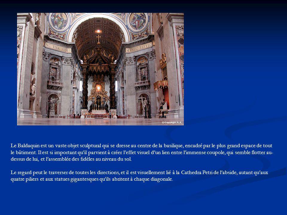 Le Baldaquin est un vaste objet sculptural qui se dresse au centre de la basilique, encadré par le plus grand espace de tout le bâtiment. Il est si important qu'il parvient à créer l'effet visuel d'un lien entre l'immense coupole, qui semble flotter au-dessus de lui, et l'assemblée des fidèles au niveau du sol.