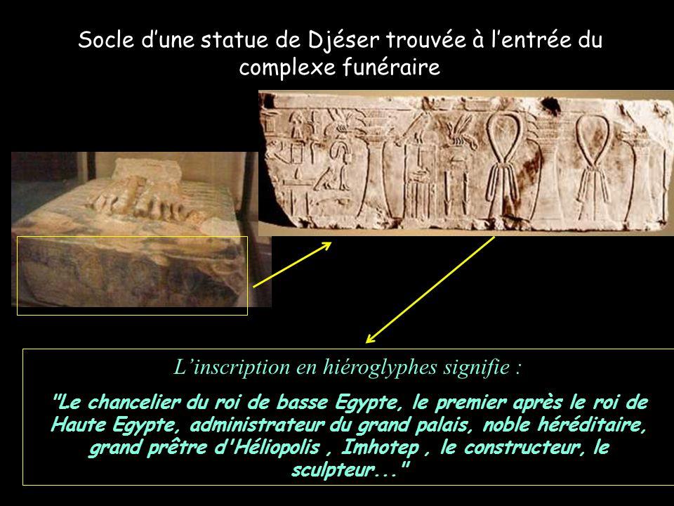 Socle d'une statue de Djéser trouvée à l'entrée du complexe funéraire