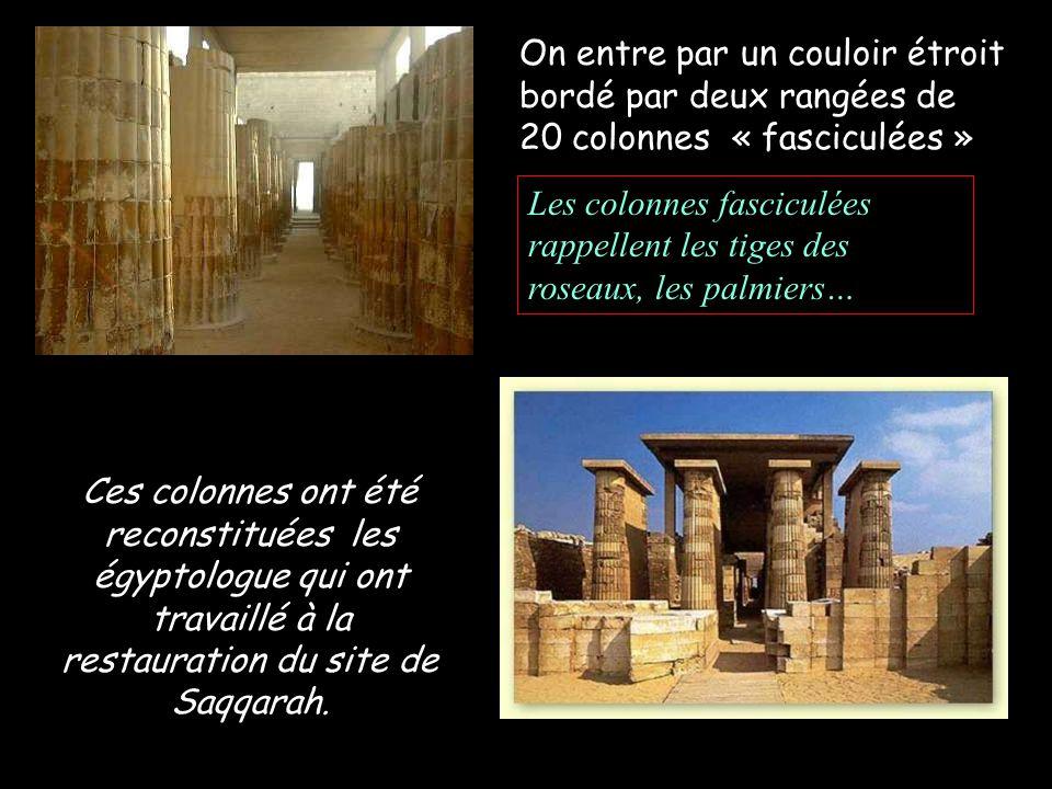 On entre par un couloir étroit bordé par deux rangées de 20 colonnes « fasciculées »