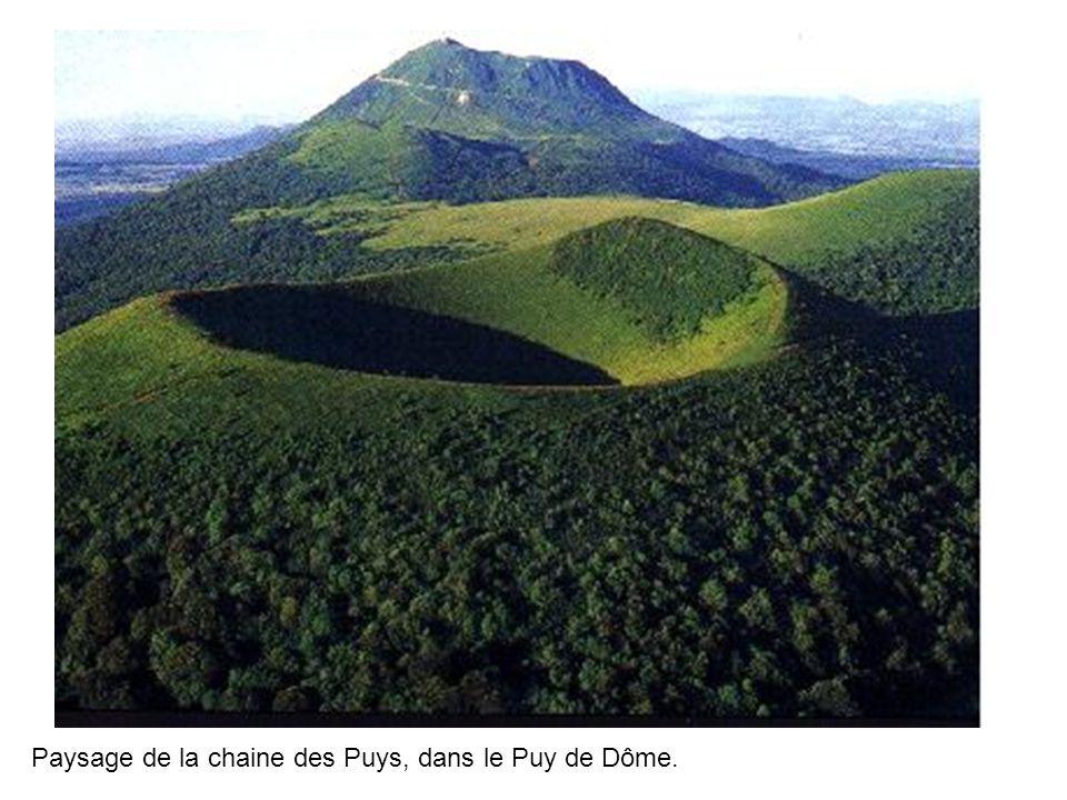 Paysage de la chaine des Puys, dans le Puy de Dôme.