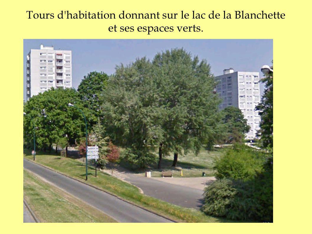 Tours d habitation donnant sur le lac de la Blanchette et ses espaces verts.