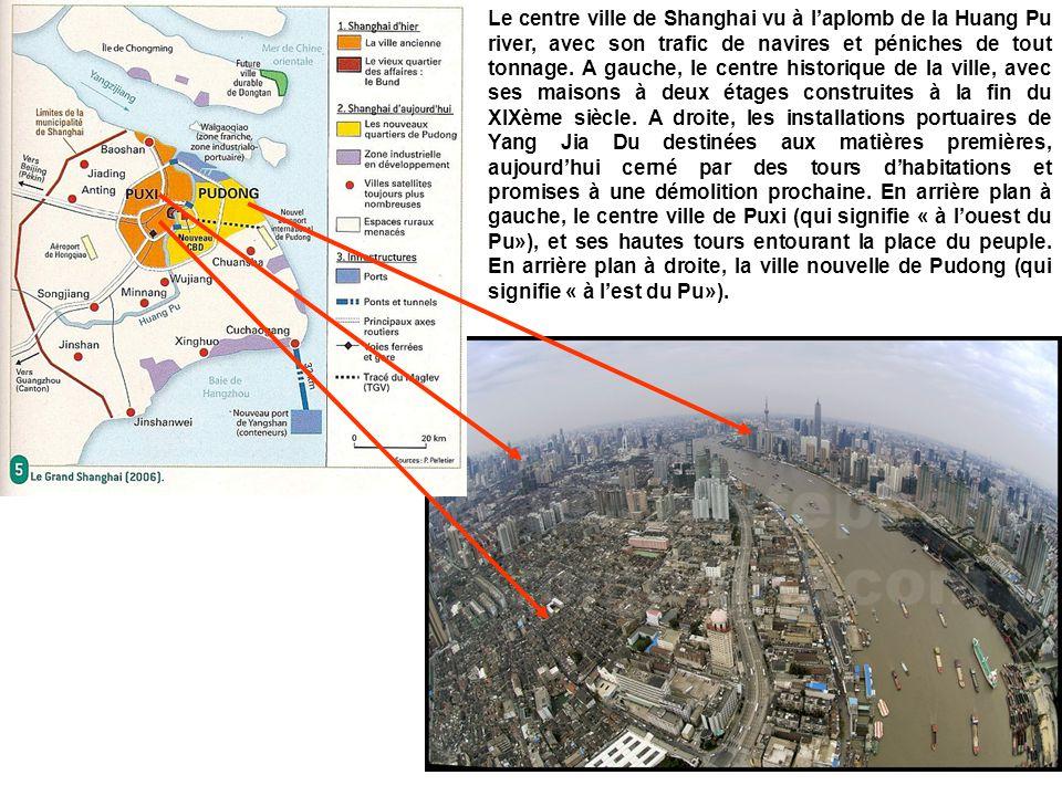 Le centre ville de Shanghai vu à l'aplomb de la Huang Pu river, avec son trafic de navires et péniches de tout tonnage.