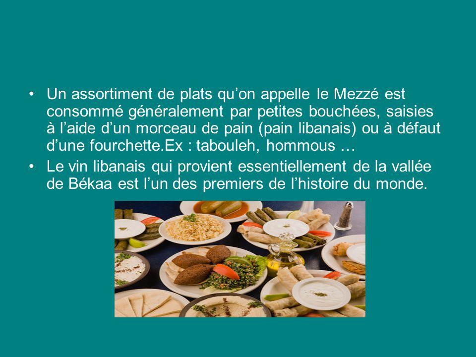 Un assortiment de plats qu'on appelle le Mezzé est consommé généralement par petites bouchées, saisies à l'aide d'un morceau de pain (pain libanais) ou à défaut d'une fourchette.Ex : tabouleh, hommous …